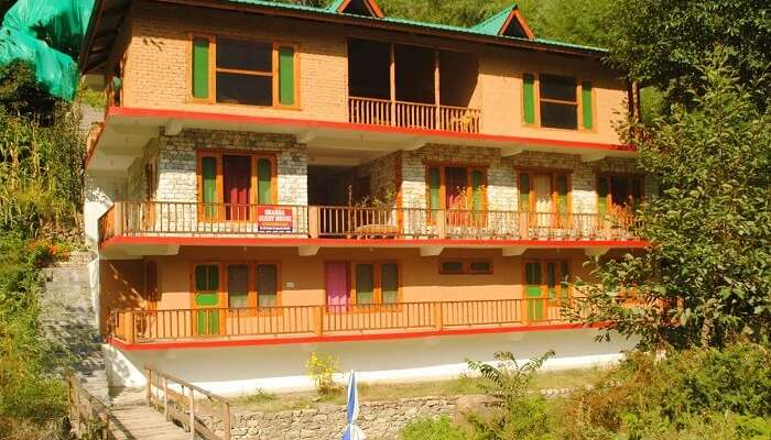 stay at the famous Sharda Resort in tirthan